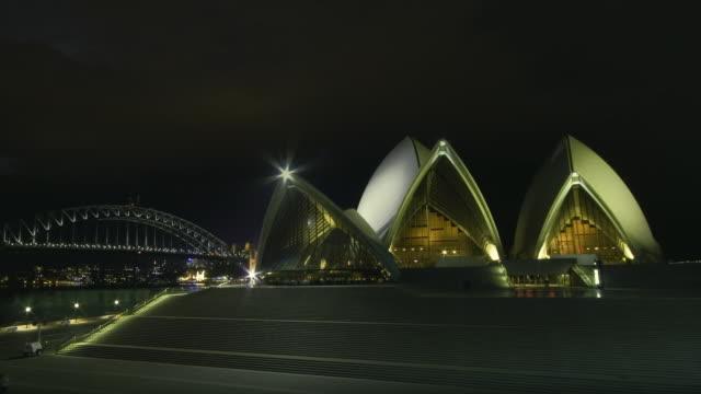 vídeos de stock, filmes e b-roll de ws zi t/l view of thunderstorm with lightning above the sydney opera house and bridge at night / sydney, new south wales, australia. - relâmpago em ziguezague