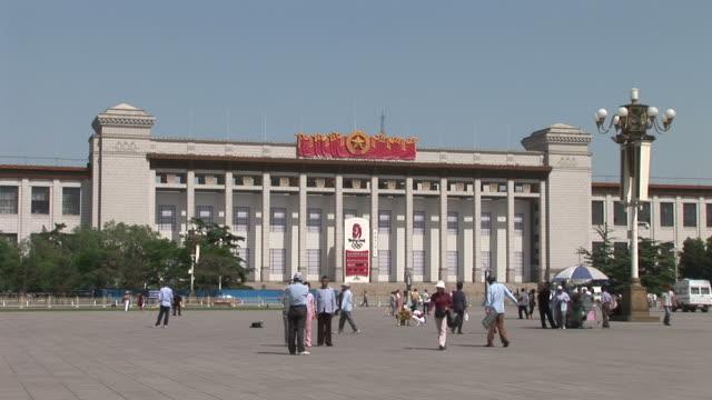 view of tiananmen square in beijing china - tiananmen square点の映像素材/bロール
