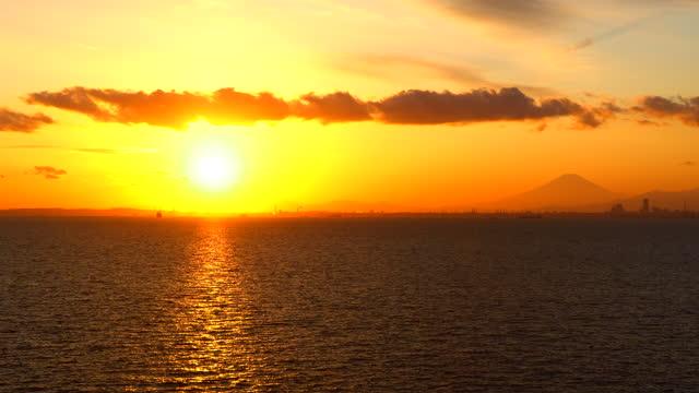 stockvideo's en b-roll-footage met mening van de baai van tokyo bij zonsondergang. - rondrijden