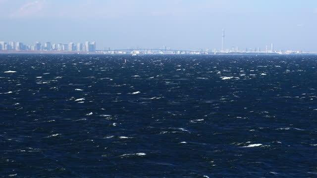 vídeos y material grabado en eventos de stock de vista de tokio sobre el mar tormentoso. árbol del cielo de tokio. - pasear en coche sin destino