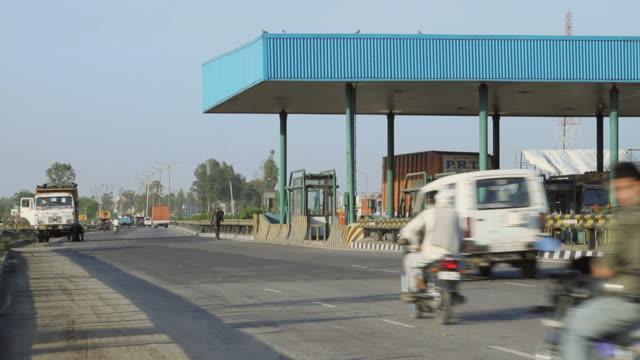vidéos et rushes de ws view of toll bridge at highway /agra, uttar pradesh, india - aménagement de l'espace