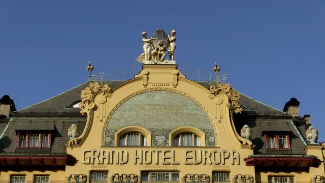 vidéos et rushes de ms view of top of building / prague, hlavni mesto praha, czech republic - lettre majuscule