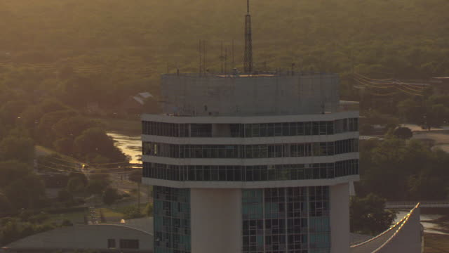 vídeos de stock e filmes b-roll de ms aerial zo ds view of top of downtown building with radio antennas during sunset / wichita, kansas, united states - wichita
