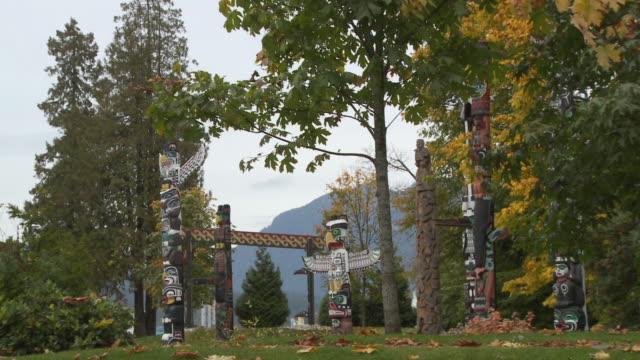 vídeos y material grabado en eventos de stock de ws ds view of totem pole in stanley park / vancouver, british columbia, canada - plano de plataforma rodante