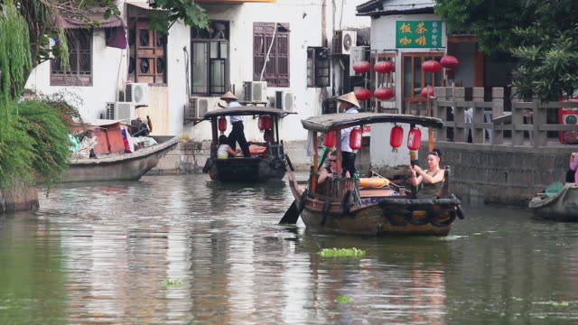 ms view of tour boats on river in village of zhujiajiao / shanghai,  china - strohhut stock-videos und b-roll-filmmaterial