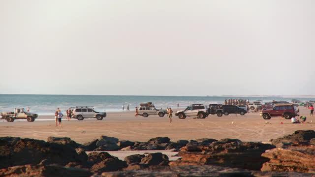vídeos de stock, filmes e b-roll de ws pan view of tourist at broomes cable beach / broome, western australia, australia - cable