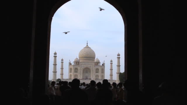 ws view of tourist entering mausoleum of taj mahal /agra, uttar pradesh, india - mausoleum stock videos and b-roll footage
