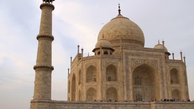 ws pan view of tourist in mausoleum of taj mahal /agra, uttar pradesh, india - mausoleum stock videos and b-roll footage