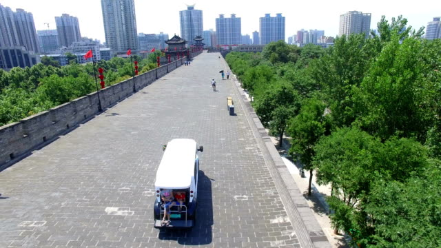 aerial view of tourist on city wall/ xi'an, shaanxi, china - 實時拍攝 個影片檔及 b 捲影像