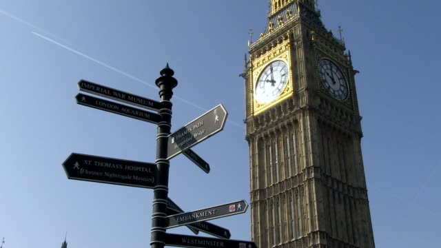 ms view of touristic signs frount of big ben / london, england, great britain  - straßenschild stock-videos und b-roll-filmmaterial