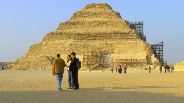 ws view of tourists at djoser pyramid / saqqara, egypt - saqqara stock videos and b-roll footage