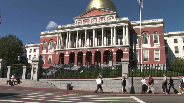 vidéos et rushes de view of tourists at massachusetts state house in boston united states - fronton