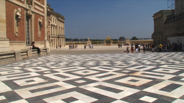 ws view of tourists at palace exterior / versailles, ile de france, france - chateau de versailles stock videos and b-roll footage