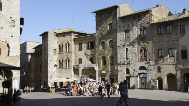 WS View of tourists at well Cisterna at Piazza della Cisterna in medieval Village / San Gimignano, Tuscany, Italy