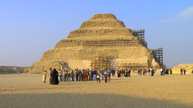 ws view of tourists in front of djoser pyramid / saqqara, egypt - saqqara stock videos and b-roll footage