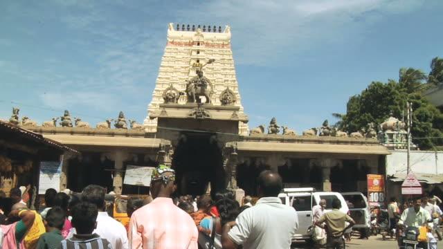 ws view of tourists in front of ramanathaswamy temple / rameswaram, tamil nadu, india - besichtigung stock-videos und b-roll-filmmaterial
