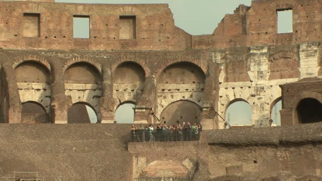 ws zo view of tourists on balcony inside coloseum upper floor / rome, italy    - bogen architektonisches detail stock-videos und b-roll-filmmaterial
