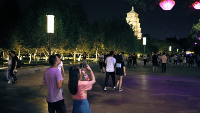 vidéos et rushes de view of tourists on big wild goose pagoda area / xi'an, shaanxi, china - culture chinoise