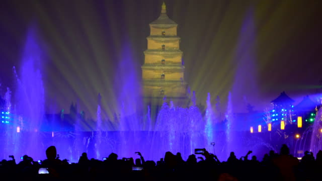 stockvideo's en b-roll-footage met view of tourists on big wild goose pagoda fountains square / xi'an, shaanxi, china - fontein