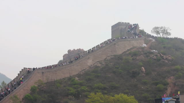 ews view of tourists on great wall at badaling / beijing, china - badaling stock videos and b-roll footage