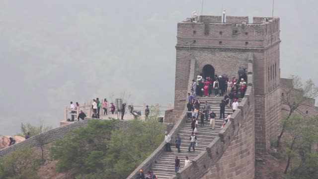 ws view of tourists on great wall at badaling / beijing, china - badaling stock videos and b-roll footage