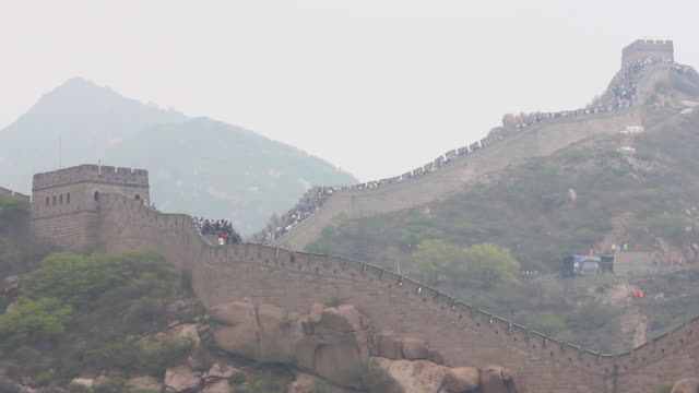 ews view of tourists on great wall at badaling / beijing, china - badaling great wall stock videos & royalty-free footage
