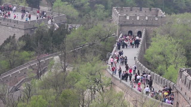 ws ha view of tourists on great wall at badaling / beijing, china - badaling great wall stock videos & royalty-free footage