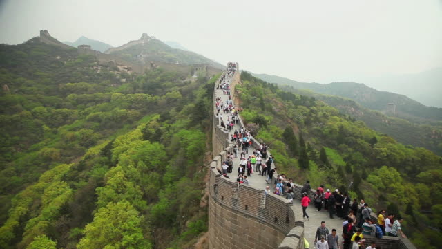 ws ha view of tourists walking on great wall at badaling / beijing, china - great wall of china stock videos & royalty-free footage