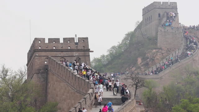 ws t/l view of tourists walking on great wall at badaling / beijing, china - badaling great wall stock videos & royalty-free footage