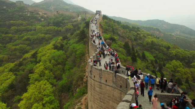 vídeos y material grabado en eventos de stock de ws t/l view of tourists walking on great wall at badaling / beijing, china - gran muralla china