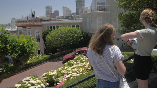 vídeos de stock, filmes e b-roll de view of tourists walking on lombard street, san francisco, california, united states of america, north america - lombard street san francisco