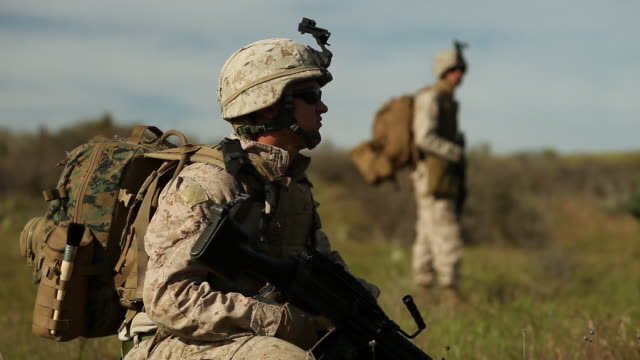 vidéos et rushes de ms r/f view of tow soldier audio / camp pendleton, ca, united states - soldat