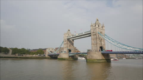 view of tower bridge and river thames in london - 跳開橋点の映像素材/bロール