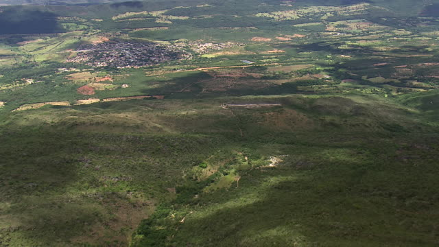 ws aerial view of town and mountain / minas gerais, brazil - minas stock videos and b-roll footage