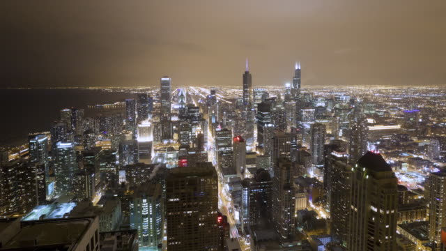vídeos de stock, filmes e b-roll de ws aerial t/l  view of town at night / chicago, il, united states - chicago 'l'