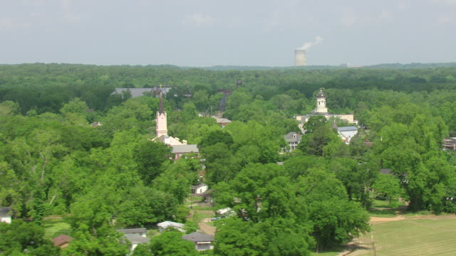 vidéos et rushes de ws aerial td view of town buildings and first presbyterian church with nuclear plant / port gibson, mississippi, united states - protestantisme