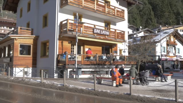 view of town centre of canazei on sunny day at christmas, province of trento,trentino-alto adige/sudtirol, italy, europe - canazei video stock e b–roll