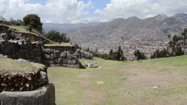 ws pan view of town from saqsayhuaman / cuzco or cusco, peru - peruviano video stock e b–roll