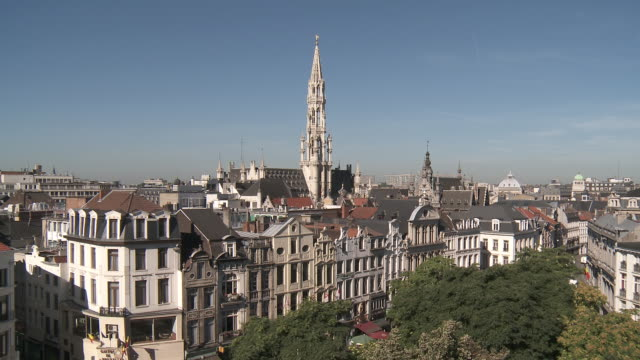 vidéos et rushes de ws t/l view of town hall at la grand place, unesco world heritage / brussels, brussels capital region, belgium - mairie