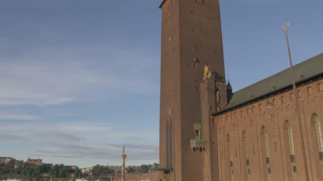 vídeos de stock e filmes b-roll de view of town hall tower and across to gamla stan at sunrise, stockholm, sweden, scandinavia, europe - edifício do governo local