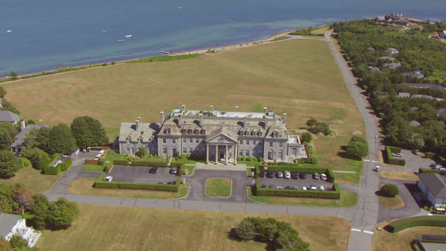 vídeos de stock e filmes b-roll de ws aerial pov view of town with house and tree area near coastline / dartmouth, massachusetts, united states - dartmouth