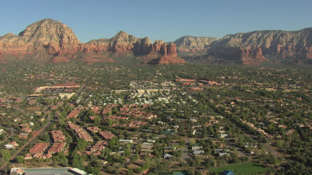 vídeos de stock e filmes b-roll de ws aerial view of town with rock formations / sedona, arizona, united states  - arenito