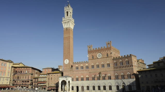 ws view of townhall palazzo pubblico with torre del mangia at piazza del campo / siena, tuscany, italy - palazzo pubblico stock videos and b-roll footage