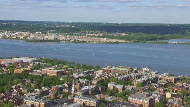 vidéos et rushes de ws zi aerial pov view of townhouse and potomac river / alexandria, virginia, united states - alexandria virginie