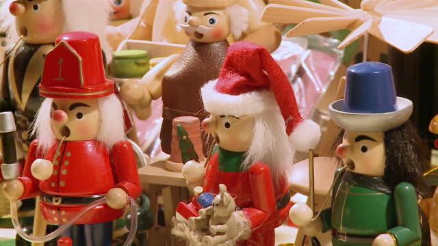 vídeos de stock e filmes b-roll de cu zo view of toys at christmas market / bernkastel-kues, rhineland-palatinate, germany - chapéu do pai natal