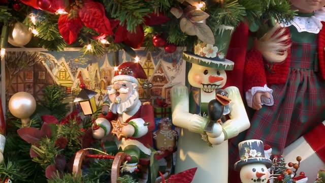 ms zi view of toys at christmas market / rothenburg o.d. tauber, bavaria, germany - 雑貨点の映像素材/bロール