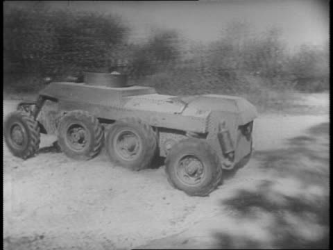 vídeos de stock e filmes b-roll de view of trackless tank / secretary of war henry l stimson and other department officials look over new trackless tank / close up on stimson wearing... - enfeites para a cabeça