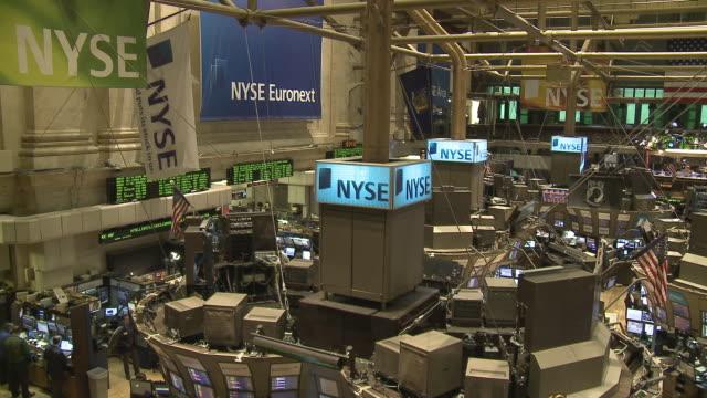vídeos de stock e filmes b-roll de view of traders working in new york stock exchange / new york city, new york, usa - fato completo