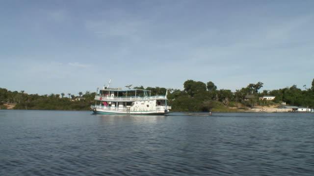 stockvideo's en b-roll-footage met ws pan pov view of traditional amazonas ship moving / rio negro, amazonas, brasil - color negro
