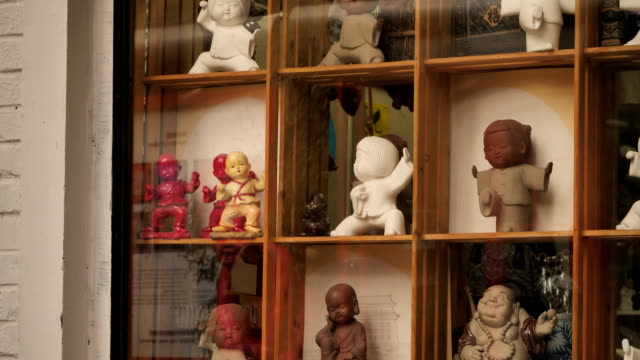 view of traditional chinese toys at 798 art zone on oct 25, 2017 in beijing, china. the 798 art zone is a thriving artistic community situated among... - kunst, kultur und unterhaltung stock-videos und b-roll-filmmaterial